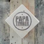 Logo PAPA Timber na drewnie.