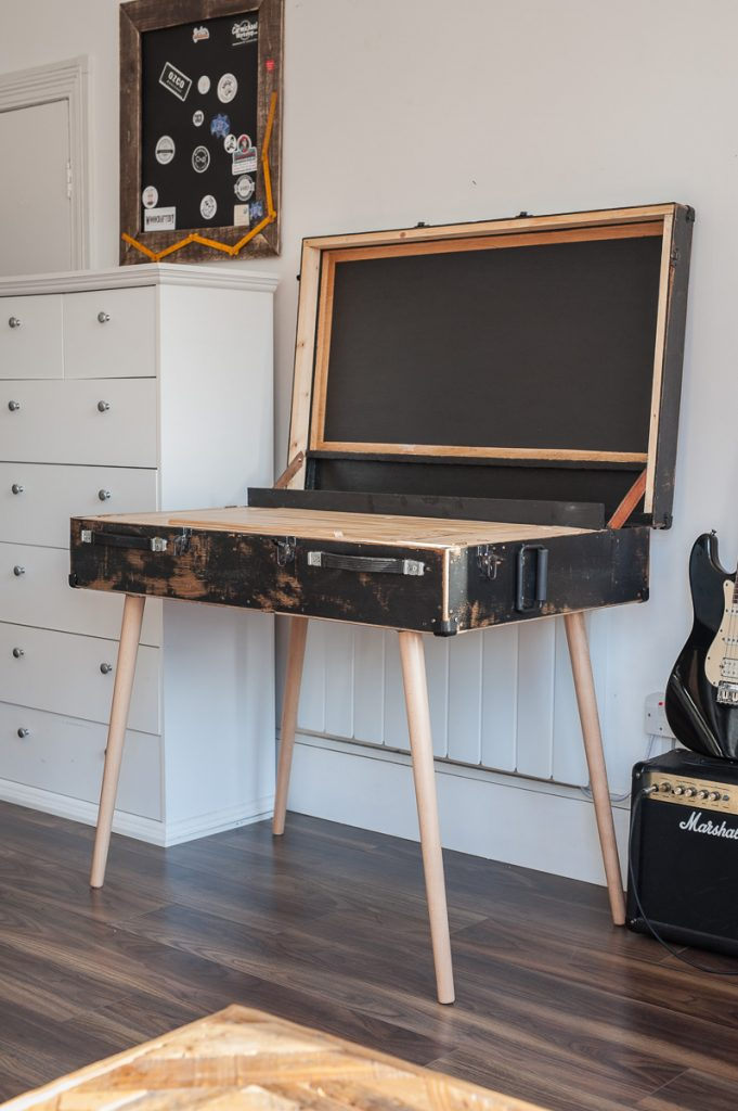 biurko ze starej skrzyni